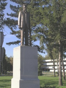 Monumento a Nikola Tesla all'aeroporto